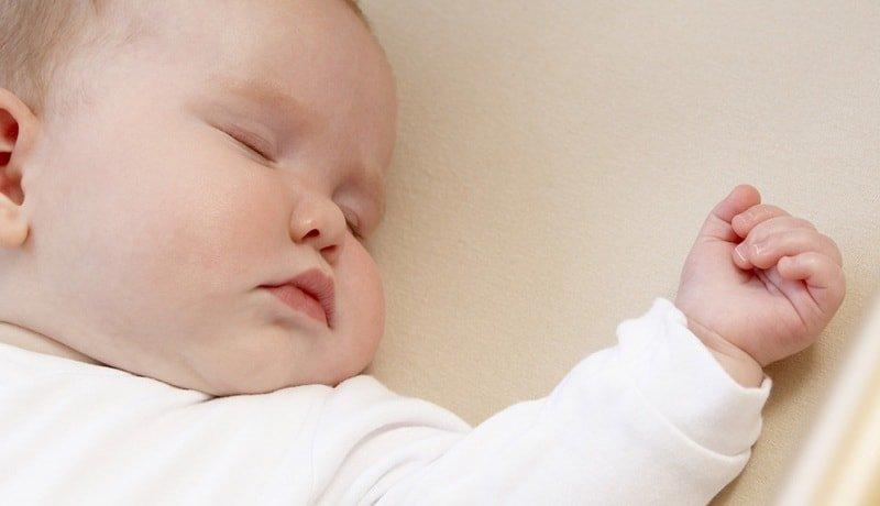 Какой возраст не опасен для сна на животе