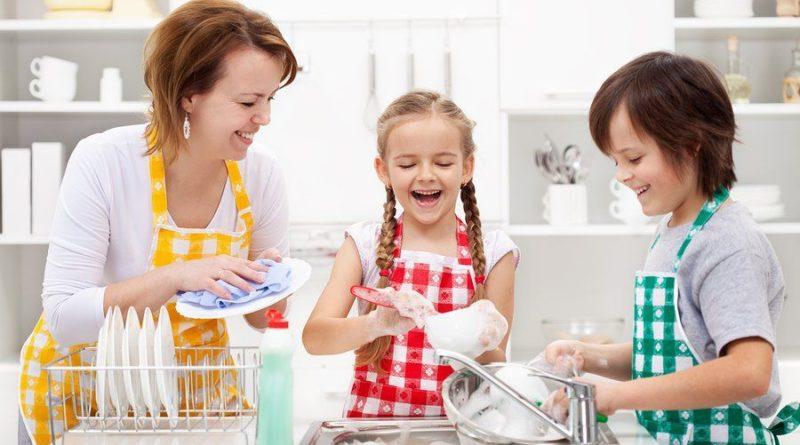 Дети помогают по дому