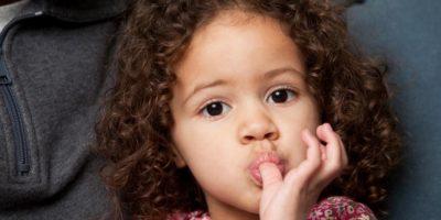 Ребёнок сосет палец