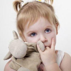 Как отучить ребенка от сосания пальца