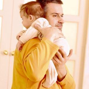 Как держать новорожденного в позе «на плече»