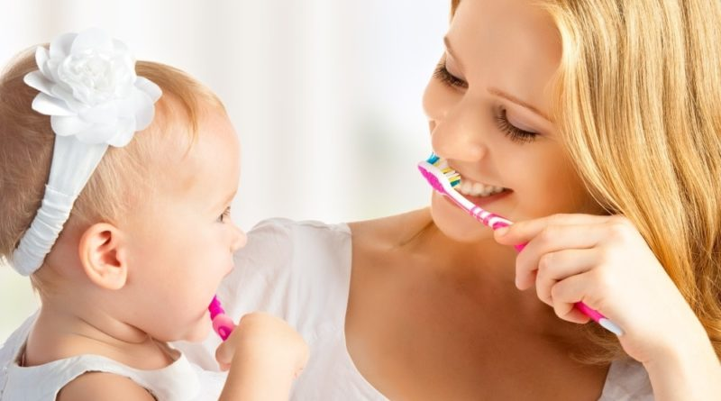 Чистить ребенку зубы