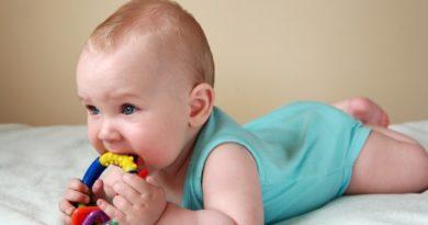 Ребенок с погремушкой