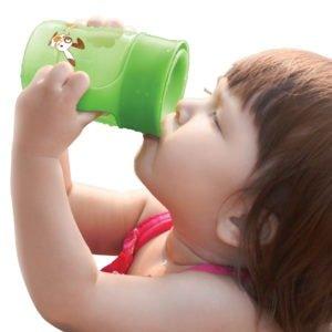 Когда учить ребенка пить из чашки