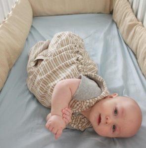 Когда приучать ребёнка засыпать в своей кроватке