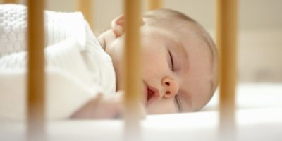 Приучить ребенка спать в кроватке