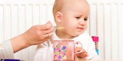 Что делать, если грудной ребенок плохо ест молоко или смесь