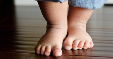 4 группы причин, которые объяснят, почему ребенок ходит на носочках