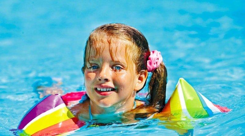 Чем опасно для детей купание в линзах