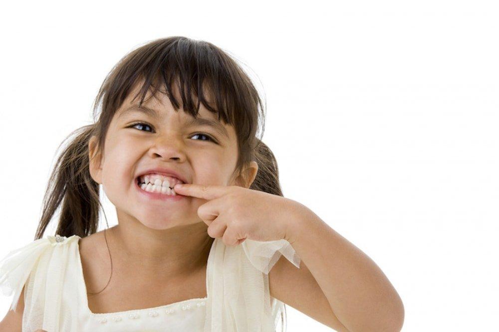 почему ребенок скрипит зубами во время сна