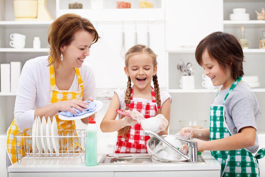 Помощь по дому: что поручить детям. Список дел по возрастам. Как помочь маме по дому