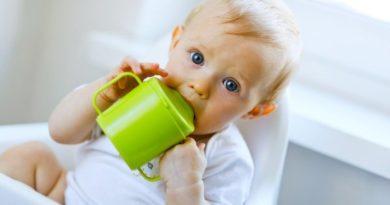 Приучить ребенка пить из кружки
