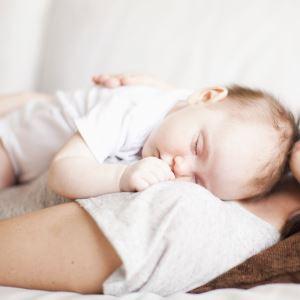 Как отучить малыша спать на руках